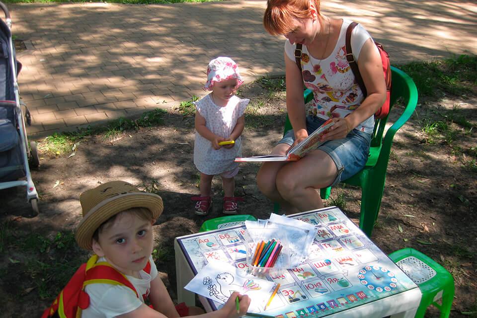 «С книгой на скамейке»